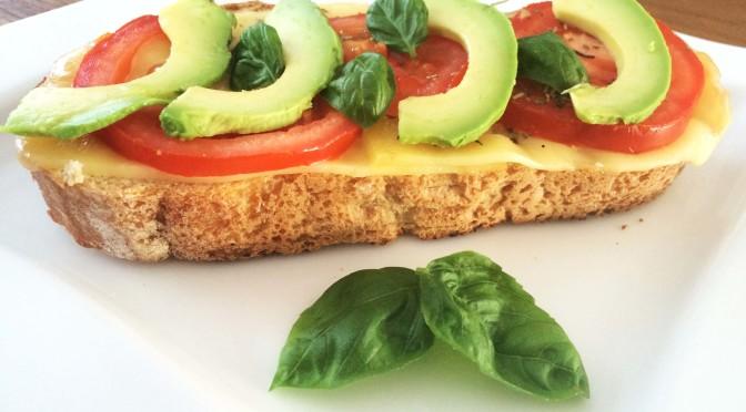 Zuurdesembroodje met kaas/tomaat en avocado