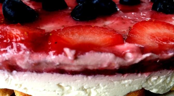 Mascarpone taart met aardbei en blauwe bes