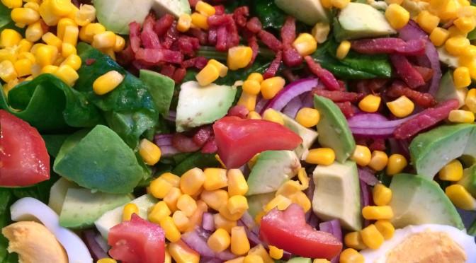 Spinazie salade met avocado, ei en spekjes