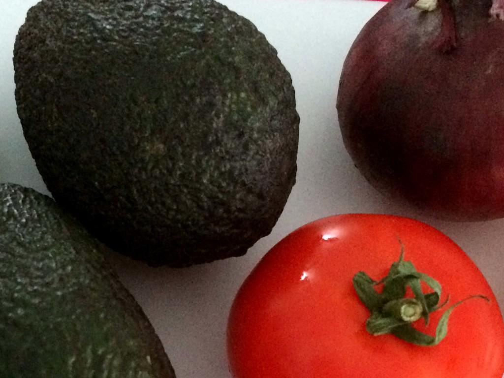 avocado, tomaat en ui