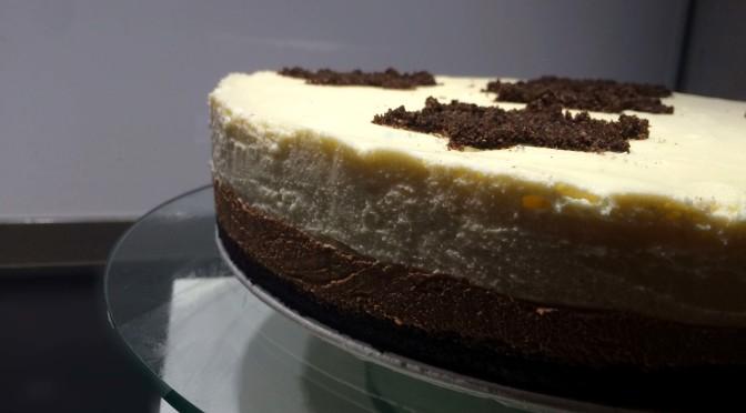 Cheesecake met witte en bruine chocolade en Oreobodem