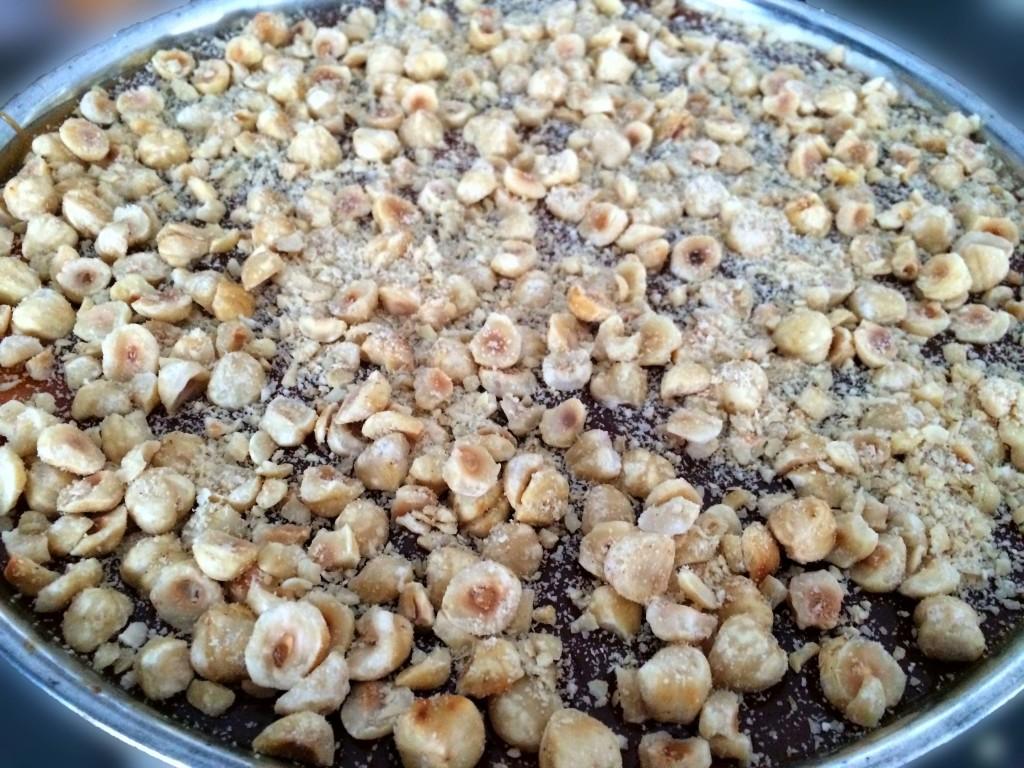 cheesecake met caramelsaus en hazelnoten