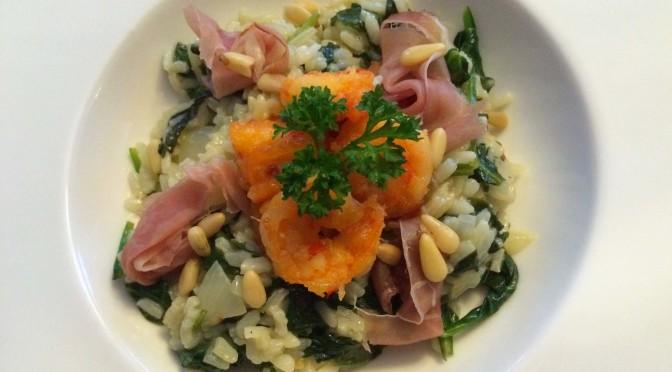 Spinazie risotto met gamba's en rauwe ham