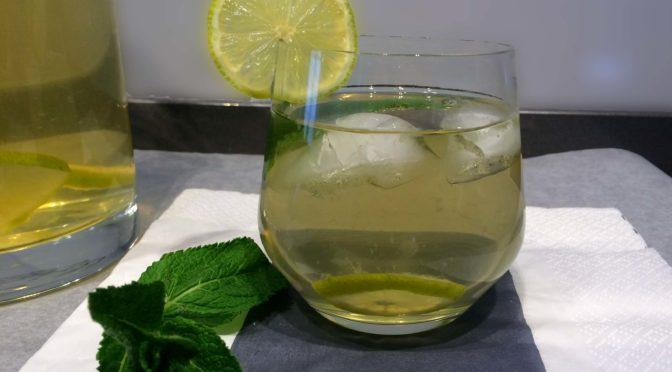 Groene ijsthee met limoen en munt