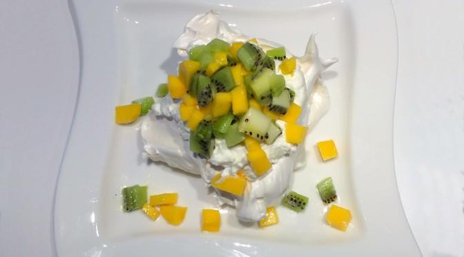 Pavlova met mango en kiwi