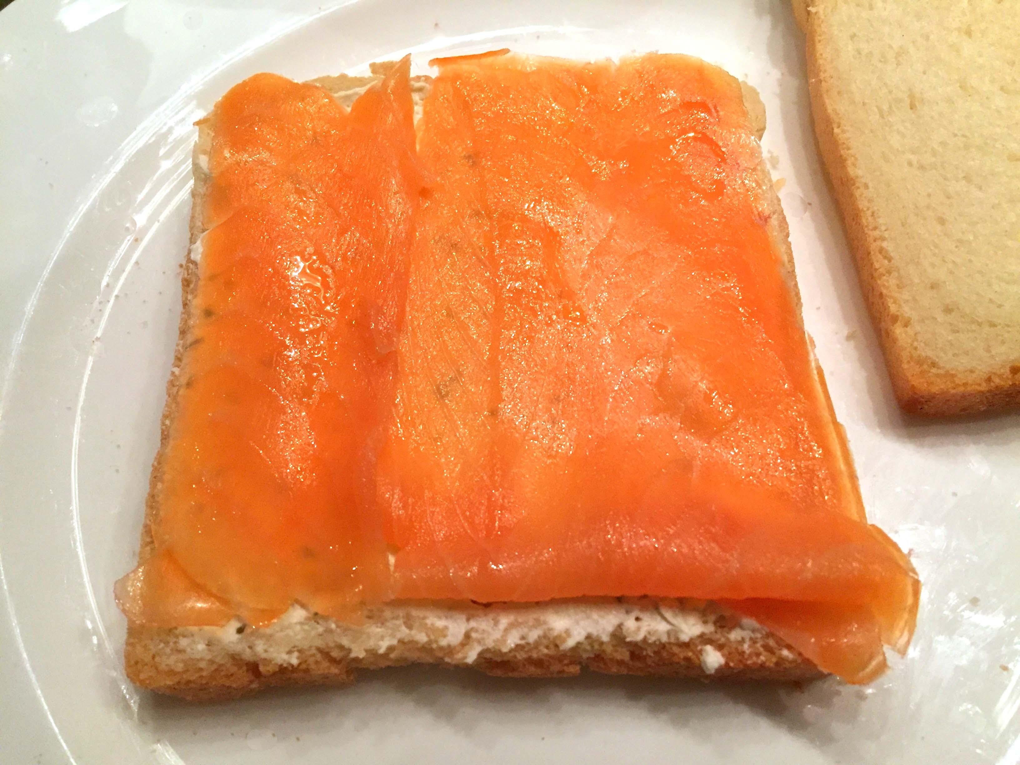gerookte zalm op broodje