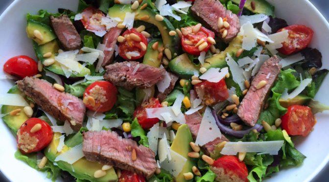 Biefstuk salade met knoflook tomaatjes